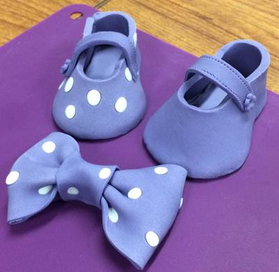 Shoes and bow for cake